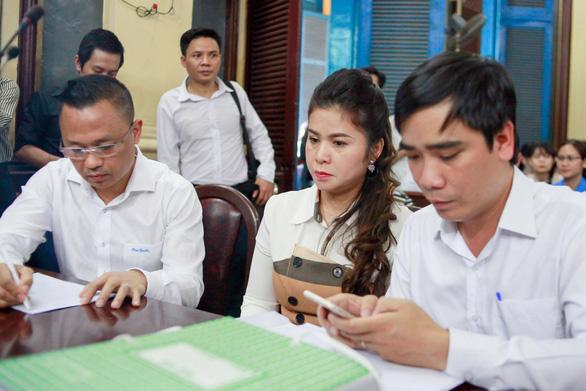 Bà Lê Hoàng Diệp Thảo nói gì sau khi tạm ngừng phiên tòa? - Ảnh 2.