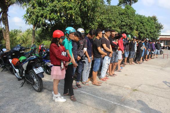 Hẹn đua xe qua mạng xã hội, 79 quái xế cùng dắt xe vô công an - Ảnh 1.