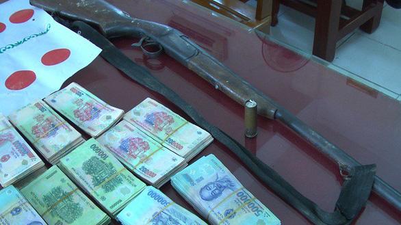 Tạm giữ hàng chục con bạc với hơn 1 tỉ đồng và khẩu súng có đạn - Ảnh 2.