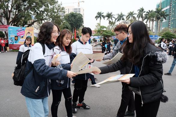 7.000 học sinh đất cảng đội mưa nghe tư vấn tuyển sinh - Ảnh 3.