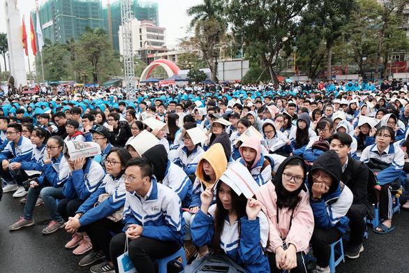 7.000 học sinh đất cảng đội mưa nghe tư vấn tuyển sinh - Ảnh 4.