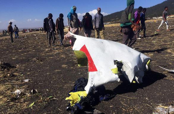 Chỗ máy bay Ethiopia rơi như bị bom cày, thi thể khắp nơi - Ảnh 2.