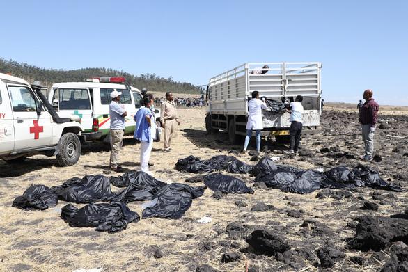 Chỗ máy bay Ethiopia rơi như bị bom cày, thi thể khắp nơi - Ảnh 1.
