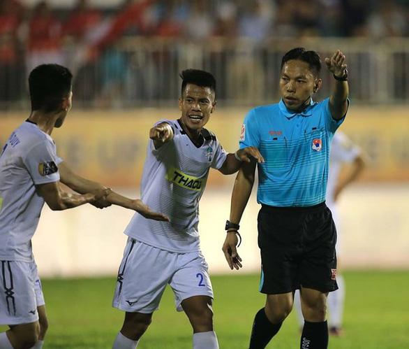 3/4 trọng tài FIFA bị tạm đình chỉ ở V-League 2019 - Ảnh 1.
