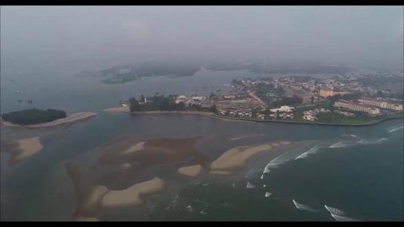 Cồn cát xuất hiện ở biển Cửa Đại là hiện tượng nói đi nói lại hoài - Ảnh 1.