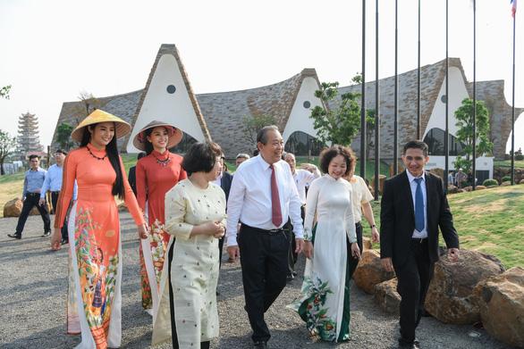 Phó thủ tướng Trương Hòa Bình đến bảo tàng thế giới cà phê - Ảnh 1.