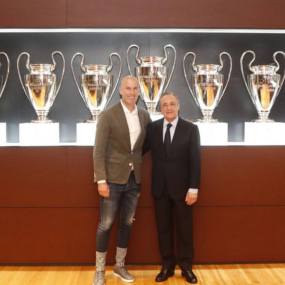 CĐV Real Madrid chào đón vua Zidane, chúc Mourinho may mắn lần sau - Ảnh 1.