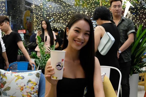 Sao Việt dùng ống hút bột gạo uống trà sữa ở Sài Gòn - Ảnh 4.