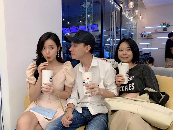 Sao Việt dùng ống hút bột gạo uống trà sữa ở Sài Gòn - Ảnh 5.