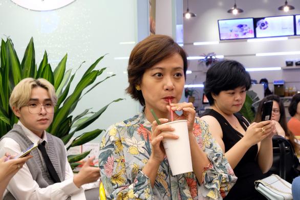 Sao Việt dùng ống hút bột gạo uống trà sữa ở Sài Gòn - Ảnh 2.
