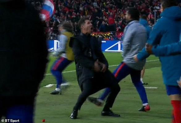 Video Ronaldo ăn mừng, chọc ngoáy HLV Simeone - Ảnh 2.
