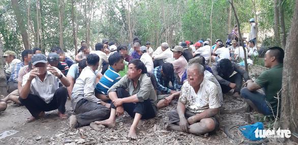 Cảnh sát lội sông phá sới bạc hàng trăm người trong rừng tràm - Ảnh 3.