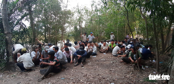 Cảnh sát lội sông phá sới bạc hàng trăm người trong rừng tràm - Ảnh 2.