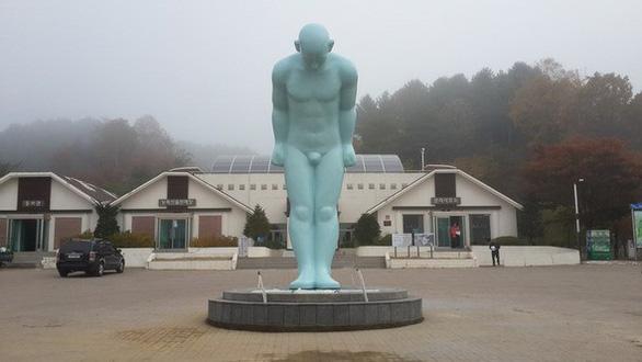Người đàn ông cúi đầu có ý nghĩa gì mà người Hàn muốn đặt ở Huế? - Ảnh 3.