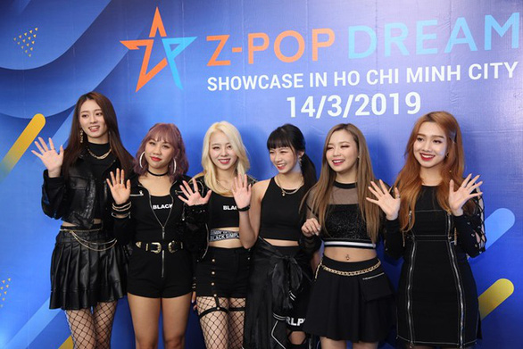 Nhóm nhạc đa quốc tịch Z-Boys và Z-Girls chào sân khán giả Việt Nam - Ảnh 1.