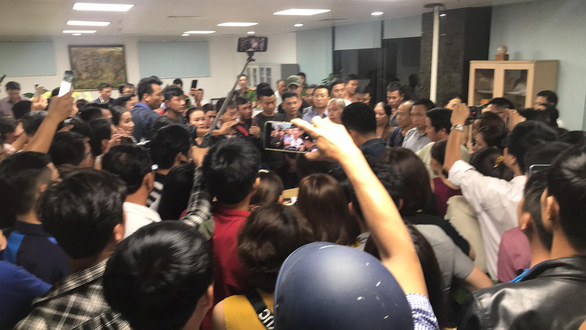 Trong đêm, hàng trăm người vây công ty bất động sản ở Đà Nẵng đòi quyền lợi - Ảnh 1.