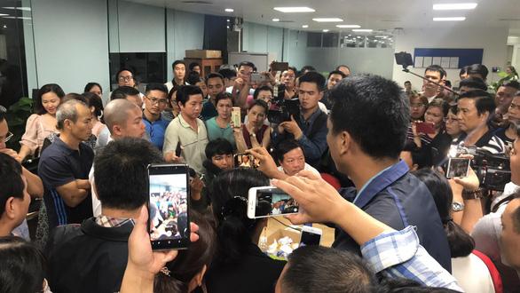Trong đêm, hàng trăm người vây công ty bất động sản ở Đà Nẵng đòi quyền lợi - Ảnh 2.