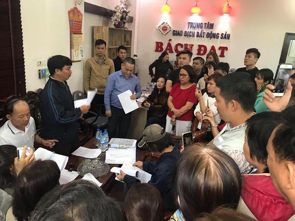 Trong đêm, hàng trăm người vây công ty bất động sản ở Đà Nẵng đòi quyền lợi - Ảnh 4.