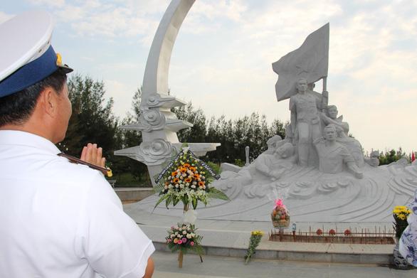 Hàng ngàn người đến tưởng niệm các chiến sĩ Gạc Ma - Ảnh 3.