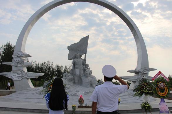 Hàng ngàn người đến tưởng niệm các chiến sĩ Gạc Ma - Ảnh 2.