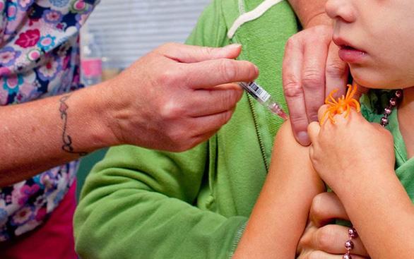 Italy cấm học sinh đến trường nếu không tiêm đủ vaccine - Ảnh 1.