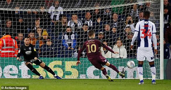 Video cầu thủ Swansea với cú sút phạt đền tệ nhất trong lịch sử - Ảnh 2.