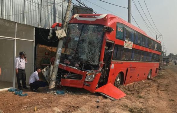 Xe khách tông xe tải, 20 khách đứng tim, hàng trăm nhà mất điện - Ảnh 1.