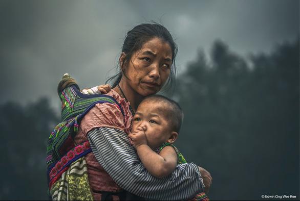 Ảnh chụp mẹ con người Mông nhận thưởng gần 3 tỉ đồng - Ảnh 1.