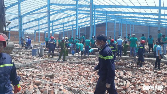 Sập bức tường hơn 300m2 đang xây, 6 công nhân thiệt mạng - Ảnh 5.