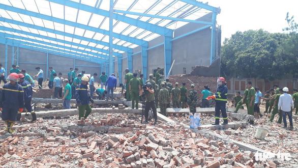 Sập bức tường hơn 300m2 đang xây, 6 công nhân thiệt mạng - Ảnh 4.