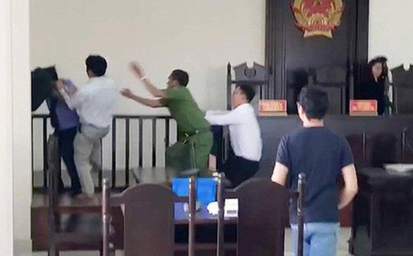 Truy tố 3 người gây rối, đánh kiểm sát viên, phóng viên tại tòa - Ảnh 1.