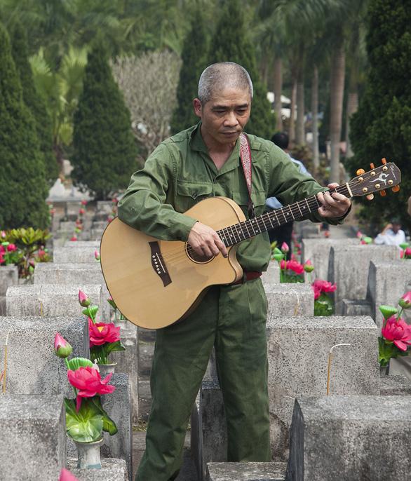 Người trẻ thắp nhang tưởng nhớ người lính Vị Xuyên nơi họ ngã xuống - Ảnh 3.