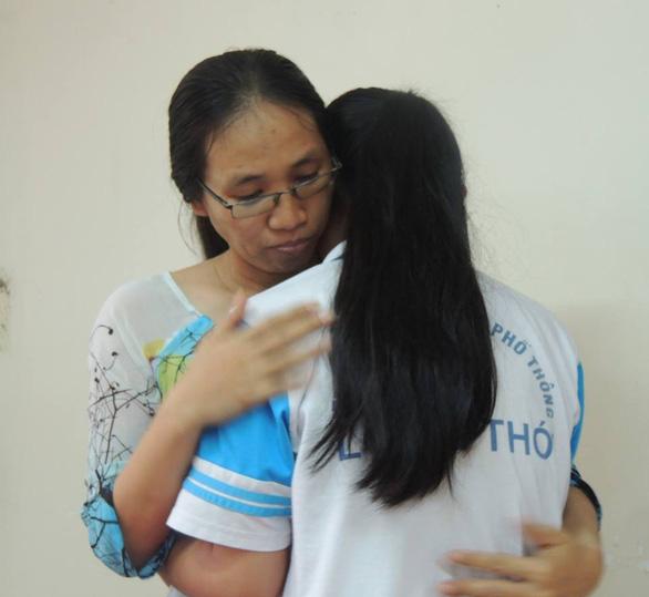 Không để cô giáo ném vở học sinh tiếp tục làm giáo viên - Ảnh 1.