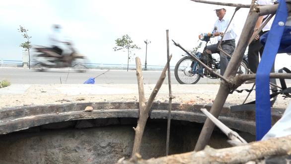 Hàng loạt nắp cống bị trộm trên con đường đẹp nhất Quảng Ngãi - Ảnh 1.