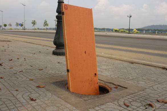 Hàng loạt nắp cống bị trộm trên con đường đẹp nhất Quảng Ngãi - Ảnh 2.