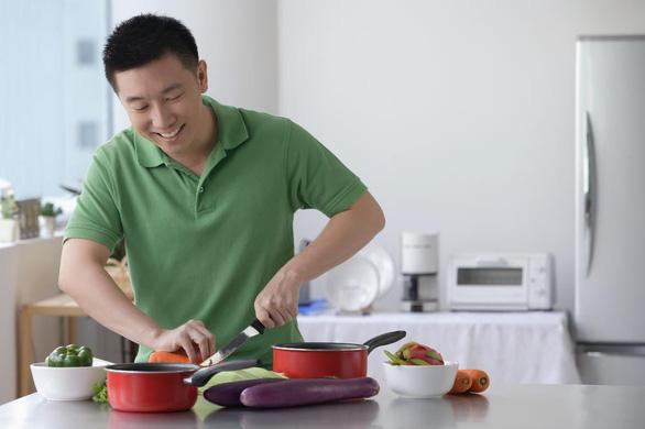 Đàn ông không ngại nấu ăn, chỉ cần có trợ thủ đắc lực - Ảnh 1.