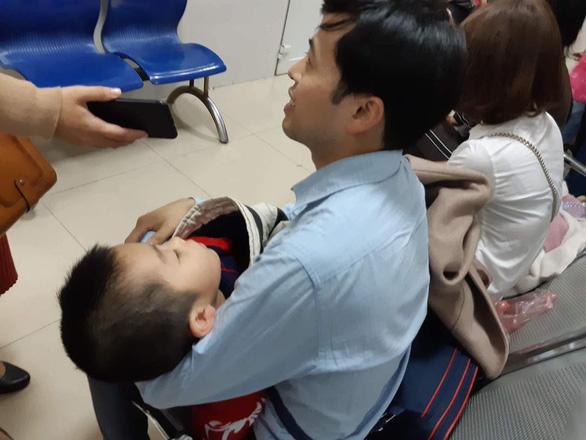 Hà Nội vỡ trận vì gần 1.000 gia đình Bắc Ninh đưa con đến xét nghiệm sán - Ảnh 2.