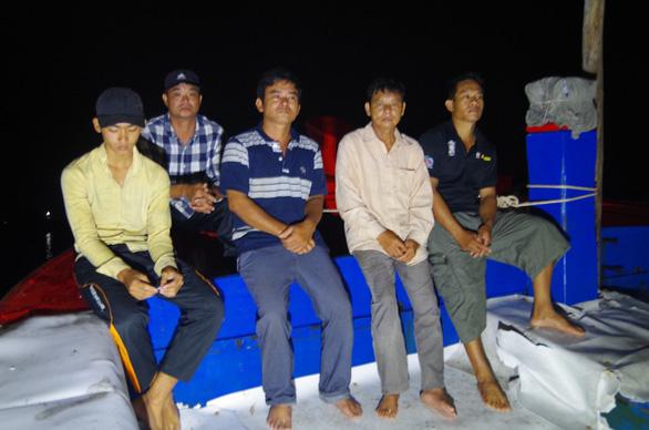 Lời kể của ngư dân: Tàu Trung Quốc xịt vòi rồng, ép tàu Việt Nam va vào đá ngầm - Ảnh 1.