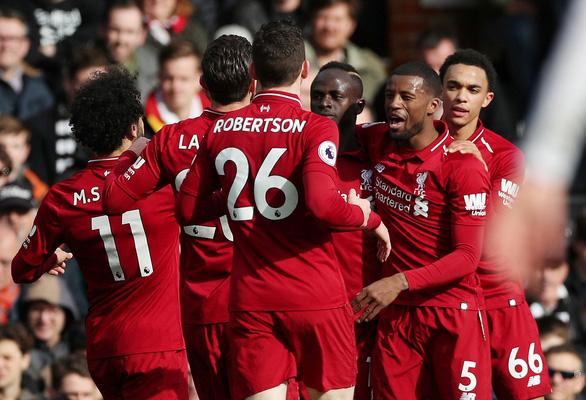 Thắng nghẹt thở Fulham, Liverpool soán ngôi đầu bảng từ tay M.C - Ảnh 1.