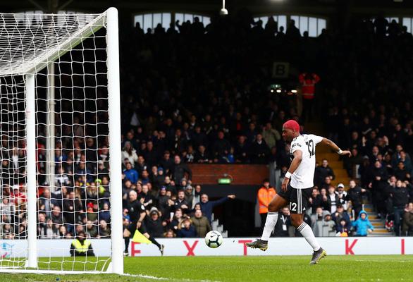 Thắng nghẹt thở Fulham, Liverpool soán ngôi đầu bảng từ tay M.C - Ảnh 2.