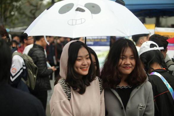 Học sinh thủ đô đội mưa đi nghe tư vấn - Ảnh 2.