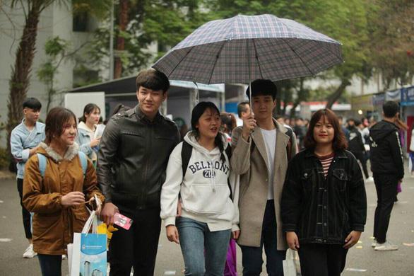 Học sinh thủ đô đội mưa đi nghe tư vấn - Ảnh 1.