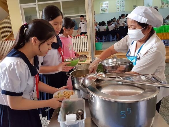 Hàng trăm học sinh nhiễm sán lợn: Ai giám sát bếp ăn trường học? - Ảnh 1.