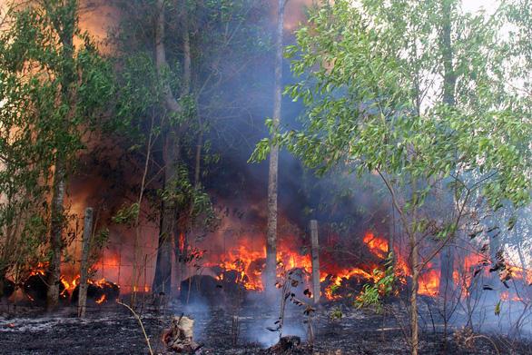 Bãi phế liệu tự phát cháy ngùn ngụt, uy hiếp nhà dân - Ảnh 1.