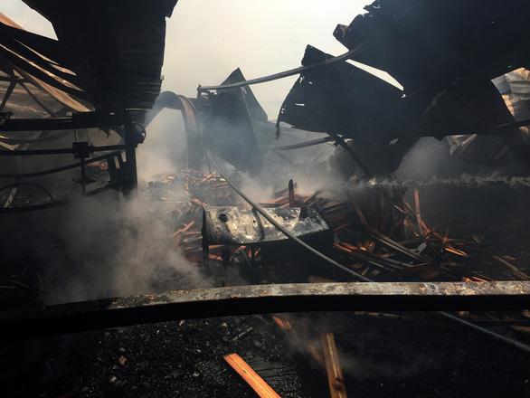 Chỉ 1 tiếng, 2.500m2 nhà xưởng khu công nghiệp cháy tan hoang - Ảnh 2.