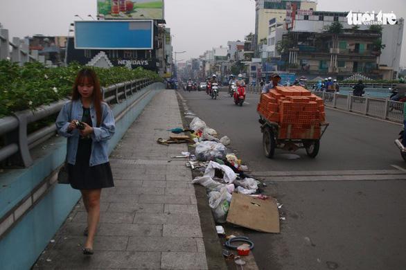Sở Giao thông vận tải đề nghị quận, huyện dọn rác trên những cây cầu - Ảnh 1.