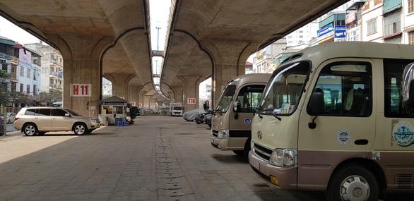Bộ Giao thông vận tải: Không được lấy gầm cầu làm bãi đỗ xe, trông giữ xe - Ảnh 2.