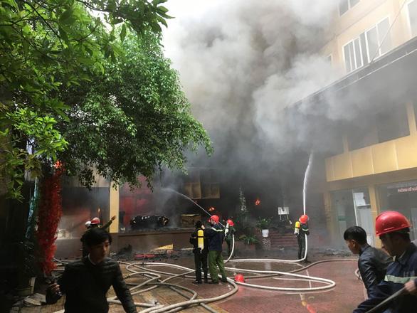 Cháy khách sạn 8 tầng ngay sát bệnh viện, 1 người chết - Ảnh 1.