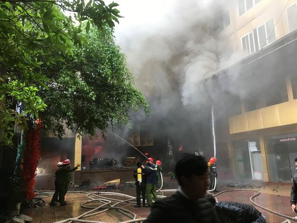 Cháy khách sạn 8 tầng ngay sát bệnh viện, 1 người chết - Ảnh 4.