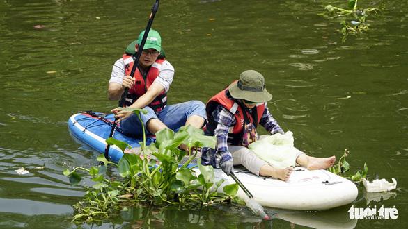 Muốn bơi thuyền vớt rác trên sông rạch phải xin phép - Ảnh 1.